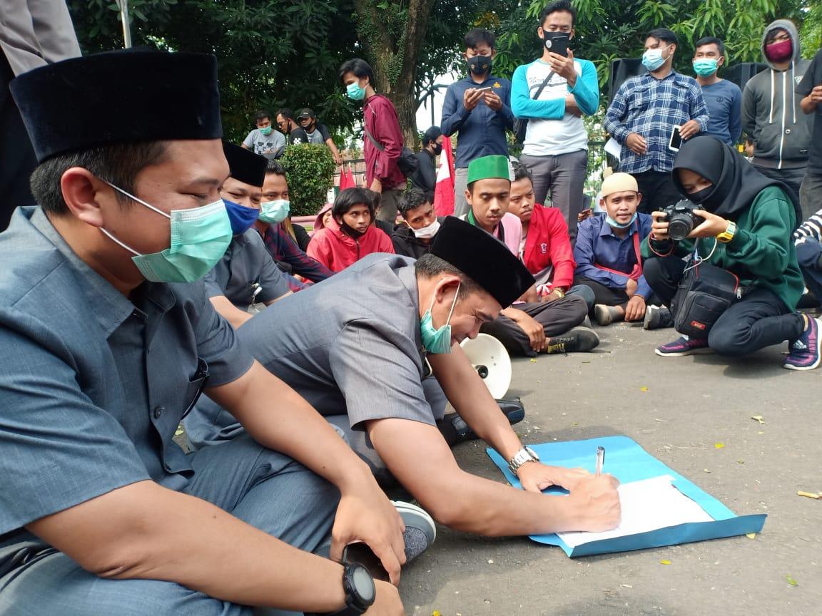 Aksi Demo Cipayung Plus Berhasil Desak DPRD Pandeglang Untuk Tandatangani Penolakan Omnibuslaw