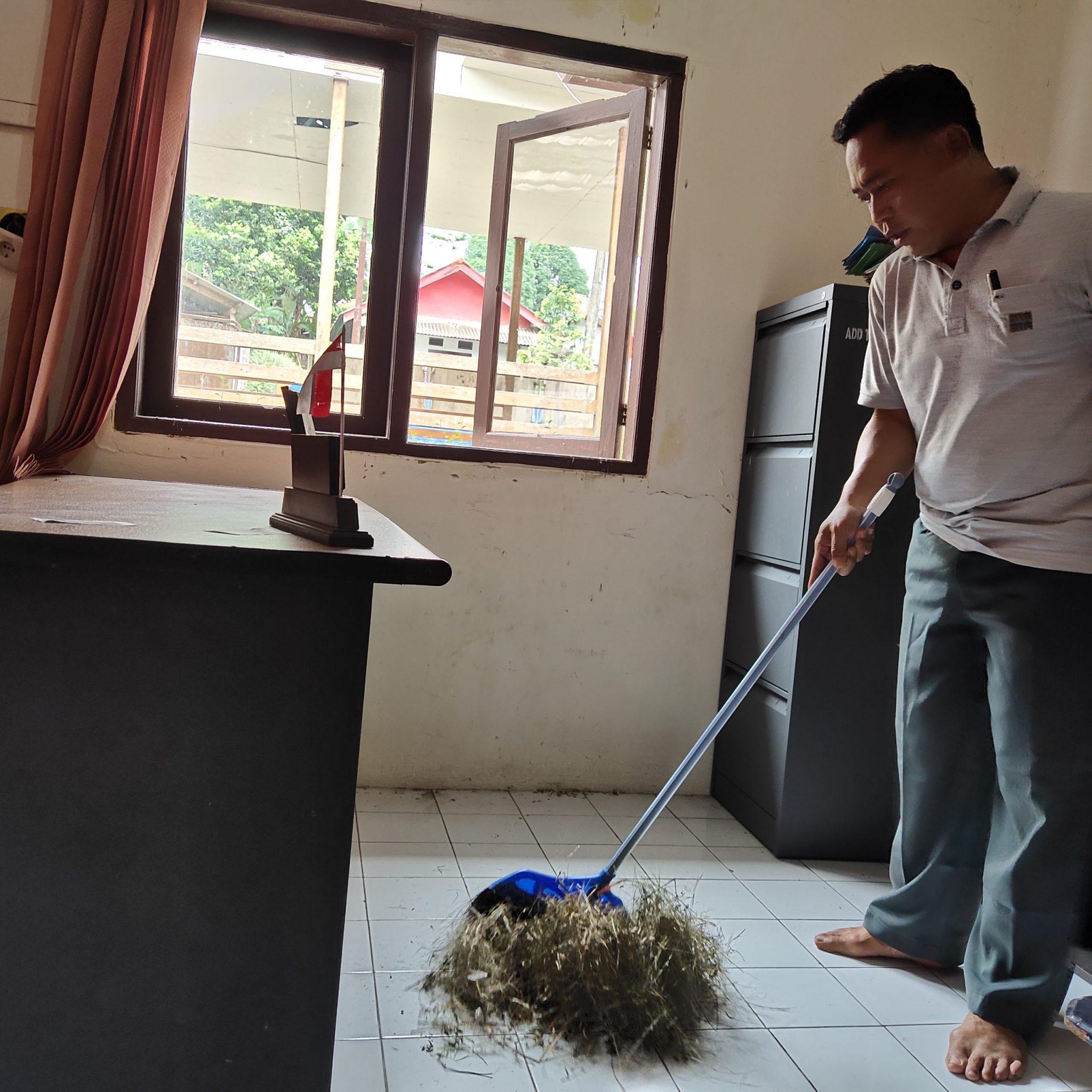 Manfaatkan Hari Libur Kades Koranji Lakukan Bersih-bersih Kantor