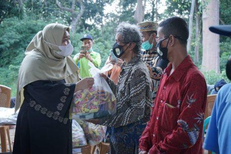 Masnah Busro Turun ke Talang Duku, Serahkan Bantuan Untuk Warga Terdampak COVID-19